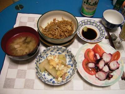 R0031939夜-富士宮焼きそば、タコとトマトのサラダ、冬瓜と油揚げのそぼろ煮、シメジの味噌汁_400.jpg