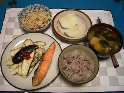 夜-鮭とナス焼き、五穀米ご飯、アゲとカボチャの味噌汁、うどん、梨