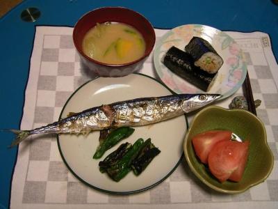 R0032493夜-秋刀魚とピーマン焼き、穴子海苔巻き寿司、トマト、カボチャと青梗菜の味噌汁_合成_400.JPG