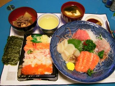 R0032552夜-刺身4点盛り、北海ちらし、のり、豆腐のおすまし、冬瓜とがんものそぼろ煮_400.jpg
