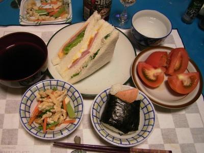 R0032724夜-トマト、鮭おにぎり、おひたし、お吸い物、サンドイッチ_400.jpg