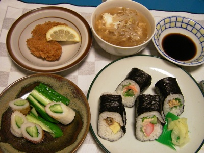 R0032825夜-巻き寿司各種、牡蠣フライ、もやしと卵スープ、ちくわキュウリ_400.jpg