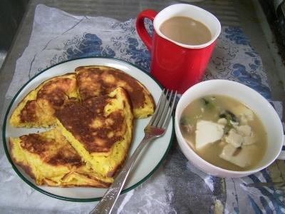 R0032875昼-しらす入りパンケーキ、豆腐のスープエスニック風味、カフェオレ_400.jpg