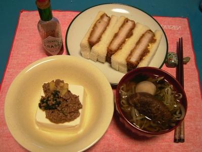 R0032926夜-肉味噌豆腐、カツサンド、椎茸ともやしのお吸い物_400.jpg
