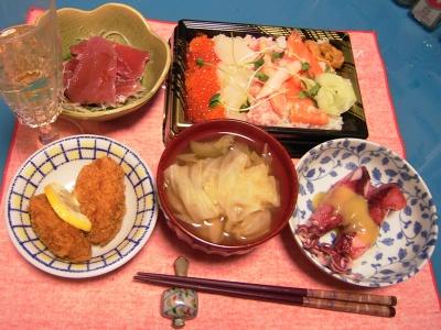 R0033087夜-海鮮ちらし、牡蠣フライ、ボイルイカの酢味噌、マグロ刺身、キャベツのスープ_400.jpg