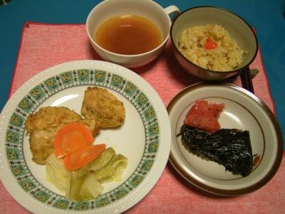 R0033183夜-チキンソテー、エゴマキムチ、辛子メンタイ、秋刀魚ご飯、スープ_400.jpg