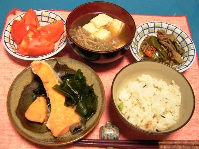 R0033246夜-鮭蒸し焼き、豆腐と白滝、野菜そぼろ、トマト、かやくご飯_400.jpg
