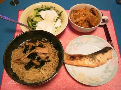 R0033324夜-鮭のハーブ焼き、野菜のトマト煮、わかめラーメン、きゅうりのヨーグルト和え_400.jpg