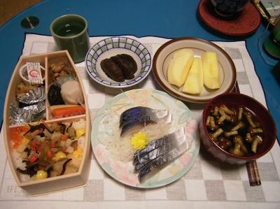 R0033425夜-香取弁当、しめ鯖、なめこ汁、しいたけ含め煮、リンゴ_400.jpg