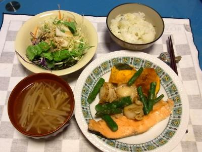 RIMG0123夜-鮭とホタテのソテー、モヤシスープ、カブサラダ_400.jpg