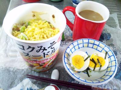 SBSH0215昼-コクみそヌードル、ゆで卵、カフェオレ_400.jpg