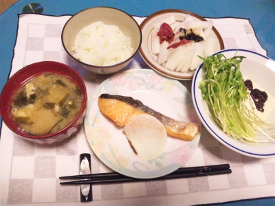 SBSH0213_1124夜-鮭焼き、大根梅サラダ、空芯菜サラダ、味噌汁_400.jpg