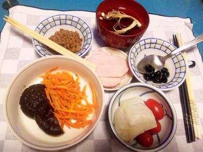 SBSH0204_0110夜-お餅、納豆、きんぴらにんじんとしいたけ含め煮、黒豆、ハム、お吸い物_400.jpg