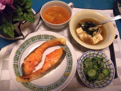 SBSH0209_0322焼き鮭、きゅうりの酢の物、湯豆腐、スープ、シクラメン_400.jpg