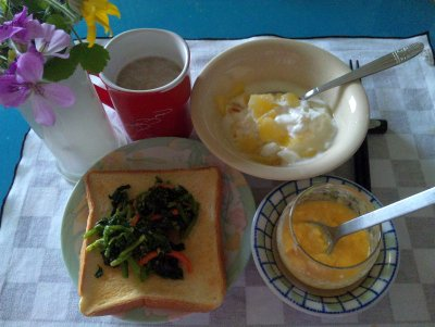 SBSH0225_0520昼-スクランブルエッグ、ほうれん草トースト、りんごヨーグルト、カフェオレ_400.jpg