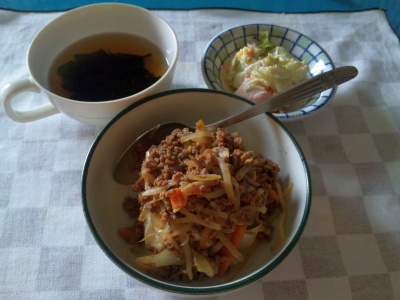 SBSH0206_0620昼-肉みそ豆腐、サラダ、わかめスープ_400.jpg