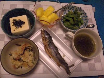 SBSH0205_0821夜-山菜おこわ、岩魚、奴、枝豆、とろろこぶのお吸い物、パイナップル_400.jpg