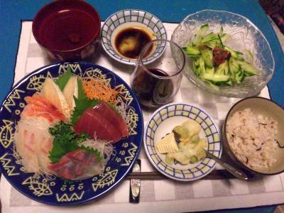 SBSH0231_0913夜-お刺身、ウメキュウリサラダ、チーズ、お吸い物、かやくご飯、発泡赤ワイン_400.jpg