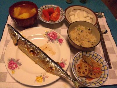 SBSH0218_1012夜-秋刀魚、ポテトスープ、大根トマトサラダ、根菜煮、かやくご飯_400.jpg