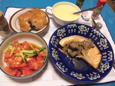 SBSH0204_1026夜-蒸した鮭、トマトサラダ、コーンスープ、くるみアンパン_400.jpg