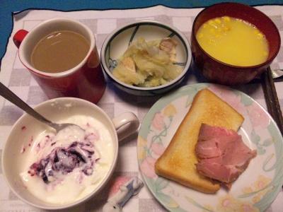 SBSH0257_1208夜-ローストポーク、トースト、キャベツとチキン煮もの、コーンポタージュ、ブルーベリーヨーグルト、カフェオレ_400.jpg