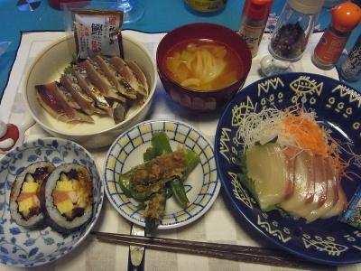 RIMG0007_0511夜-カツオのたたき、ブリのお刺身、穴子巻き寿司、オクラの煮浸し、キャベツのスープ_400.jpg
