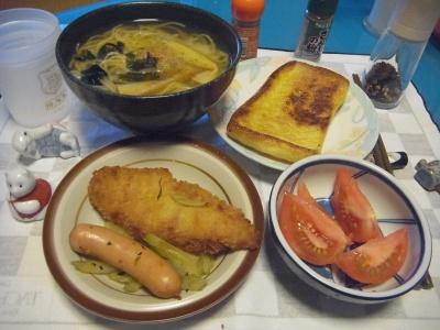 RIMG0022_0706夜-白身魚フライトソーセージのセロリ炒め、トマト、味噌ラーメン風こんにゃく麺、あげのトースト_400.jpg