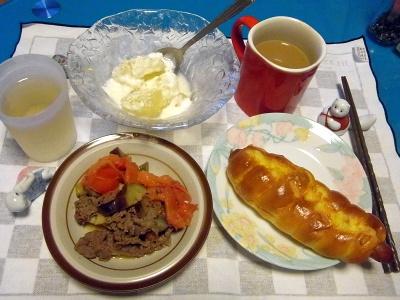 RIMG0033_0801夜-ソーセージパン、牛肉と夏野菜炒め、グレープフルーツのヨーグルトかけ_400.jpg