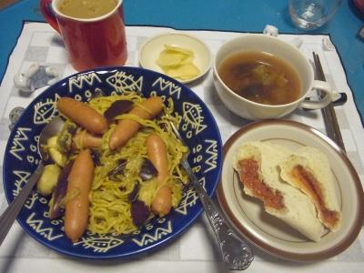 RIMG0034_0808夜-ソーセージ入りカレー焼きそば、パン、野菜スープ、カフェオレ_400.jpg