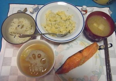 RIMG0007_1215夜-鮭焼き、ポテトしらすサラダ、レンコンのスープ、味噌汁_400.jpg