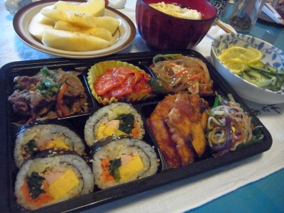 RIMG0024_0502夜-韓国おかず詰め合わせ、卵スープ、キュウリレモン、りんご_400.jpg
