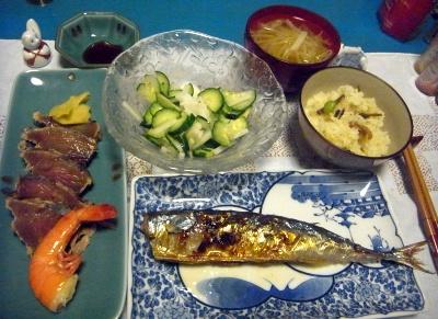 R0010617_1003夜-さんま焼き、鰹のたたきとボイルエビ、キュウリサラダ、味噌汁、かやくご飯_400.jpg