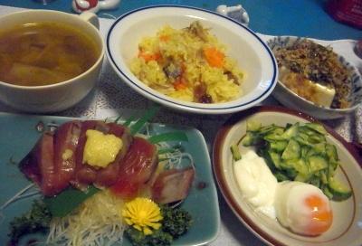 R0010640_1008夜-カツオお刺身、温泉卵サラダ、サンマオレンジご飯、めかぶやっこ、スープ_400.jpg