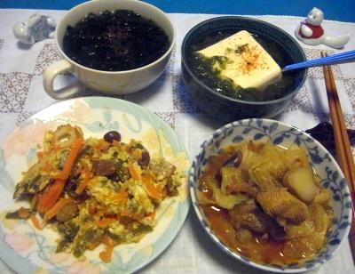 R0010667_1013夜-野菜炒め卵とじ、チキンと野菜スープ煮、めかぶ奴、わかめスープ_400.jpg