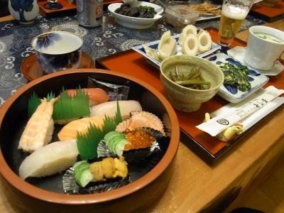 RIMG0085_1030夜-にぎり寿司、ニラ玉、茎、エソのちくわとアジのスボかまぼこ、茶碗蒸し、奈良漬け、イワシのおつまみ_400.jpg