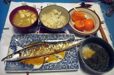 R0010913_1129夜-サンマ焼き、めかぶ遅し、味噌汁、柿_400.jpg