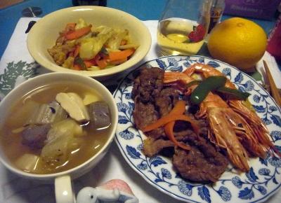 R0011140_0115夜-牛と海老焼き、野菜とこんにゃくスープ煮、野菜炒め_400.jpg