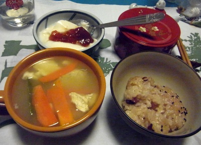R0011178_0120夜-お赤飯、にんじんスープ、ヨーグルト_400.jpg