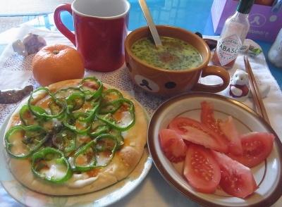 R0011304_0127昼-ピーマンピザ、トマト、ほうれん草ポタージュ、ミカン_400.jpg