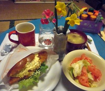 R0011305_0127夜-フィッシュサンド、酢キャベツとトマトサラダ、味噌汁_400.jpg