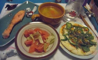 R0011344_0202夜-ピーマンピザ、トマトサラダ、鮭焼き、スープ_400.jpg
