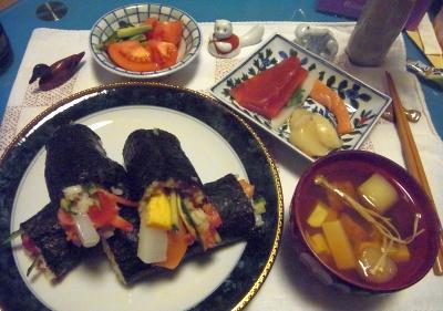 R0011381_0203夜-恵方巻き、お吸い物、寿司ネタ刺し身、トマト_400.jpg