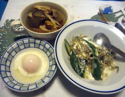 R0011556_0227夜-温泉卵、胡瓜ヨーグルトサラダ、しめじスープ_400.jpg
