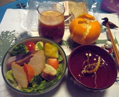 R0011606_0314夜-焼き豚とイカと緑黄色野菜サラダ、干しエノキスープ、伊予柑_400.jpg