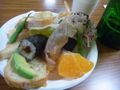 R0011747_0411夜GC総会-生ハム、お赤飯、アボカド、海苔巻き、みかん、枝豆、緑の瓶ビール_400.jpg