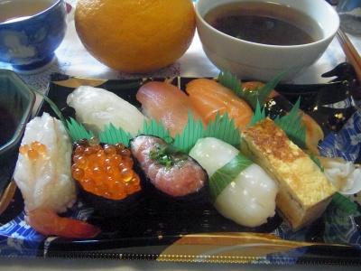 R0011779_0417遅い昼食-にぎり寿司、お吸い物_400.jpg