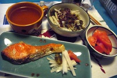 R0011983_0519夜-鮭焼き、大根サラダ、トマト、スープ_400.jpg