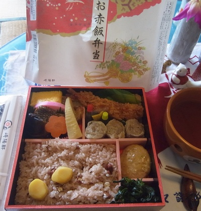 R0012013_0524昼-お赤飯弁当、お吸い物_400.jpg