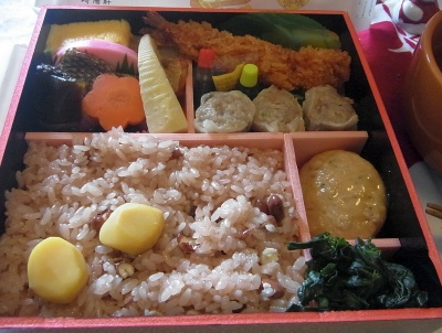 R0012014_0524昼-お赤飯弁当、お吸い物_400.jpg