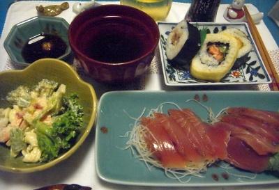 R0012119_0614夜-カツオ刺身、マカロニサラダ、巻き寿司、お吸い物_400.jpg